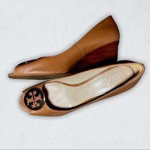 Tory Burch Camel Peep Toe Wedges Gold Logo Size 10